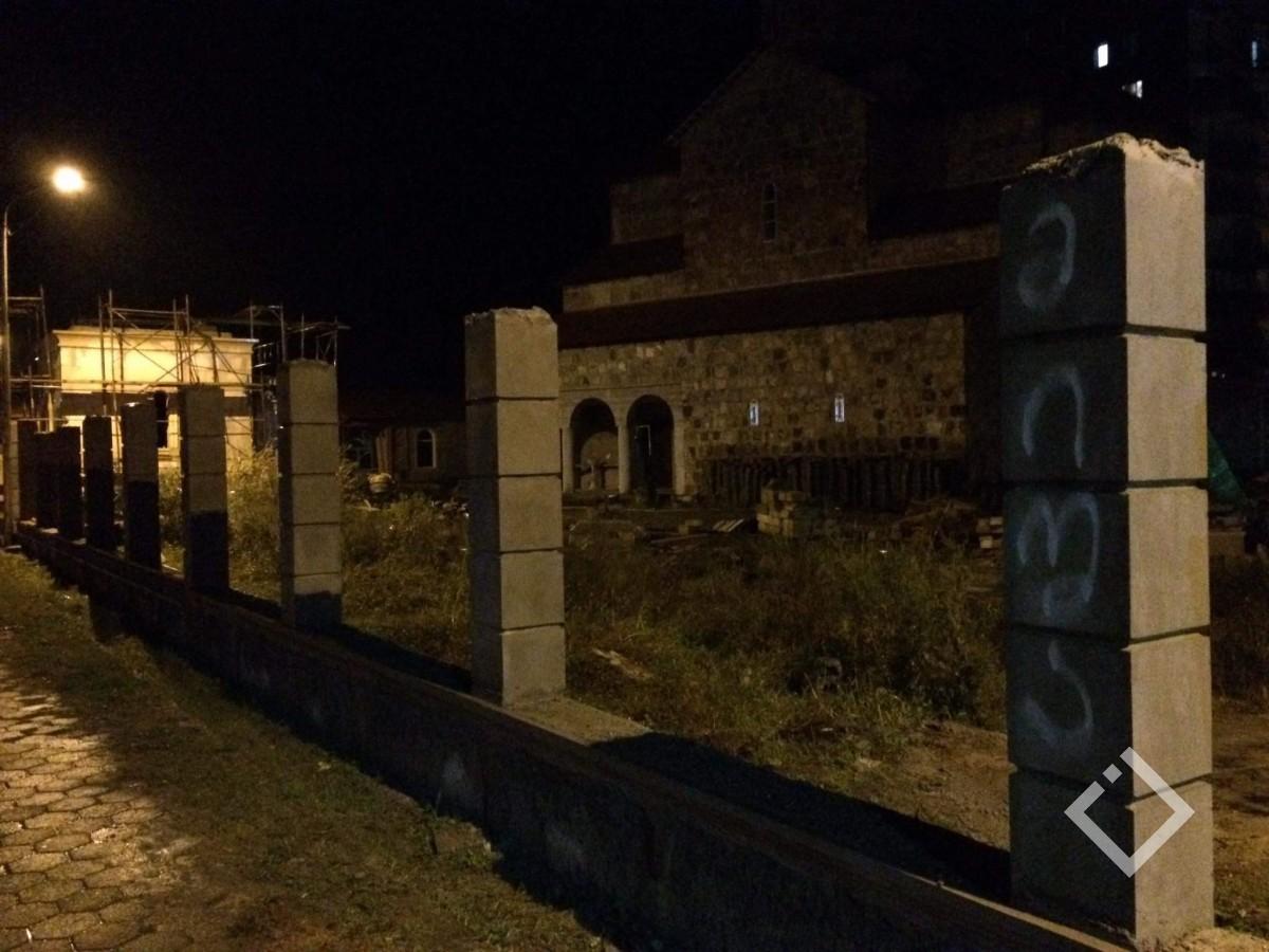 """""""მიშა ჩამოდი"""" - ქობულეთში ტაძრის ღობეზე უცნობმა პირებმა წარწერები გააკეთეს"""