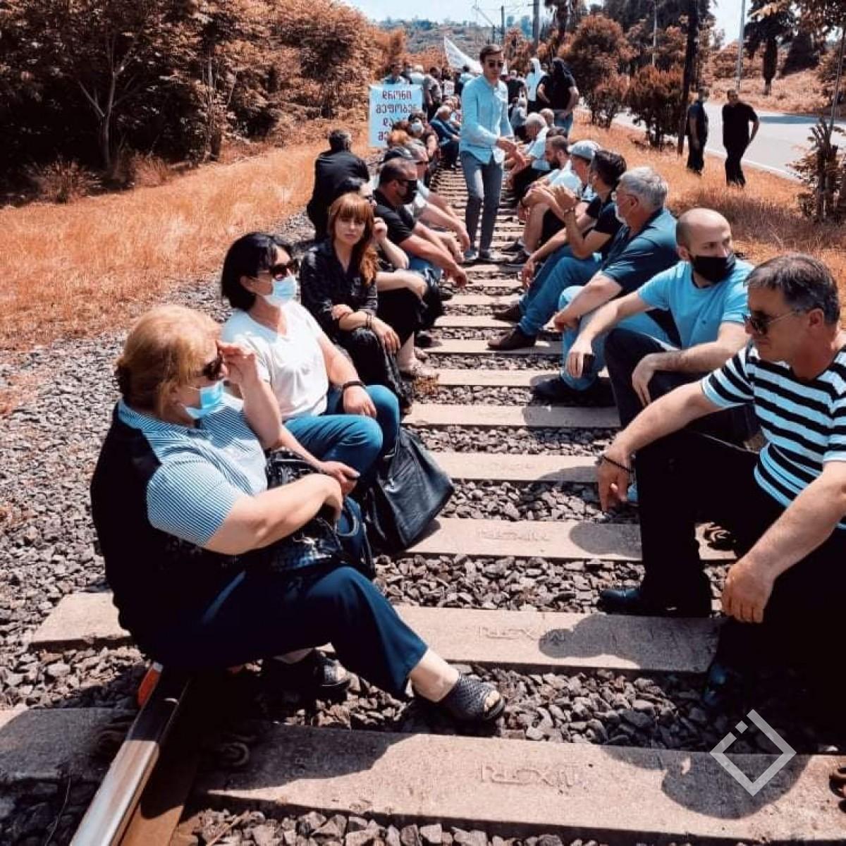 აქცია ბობოყვათში - მოსახლეობამ რკინიგზა გადაკეტა