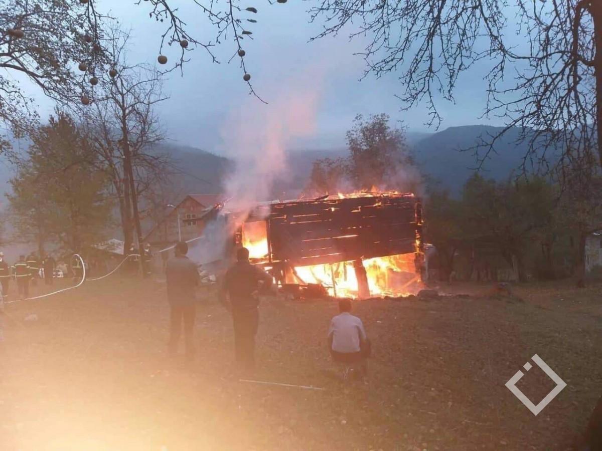 სოფელ ძირკვაძეებში საცხოვრებელ სახლს ცეცხლი გაუჩნდა