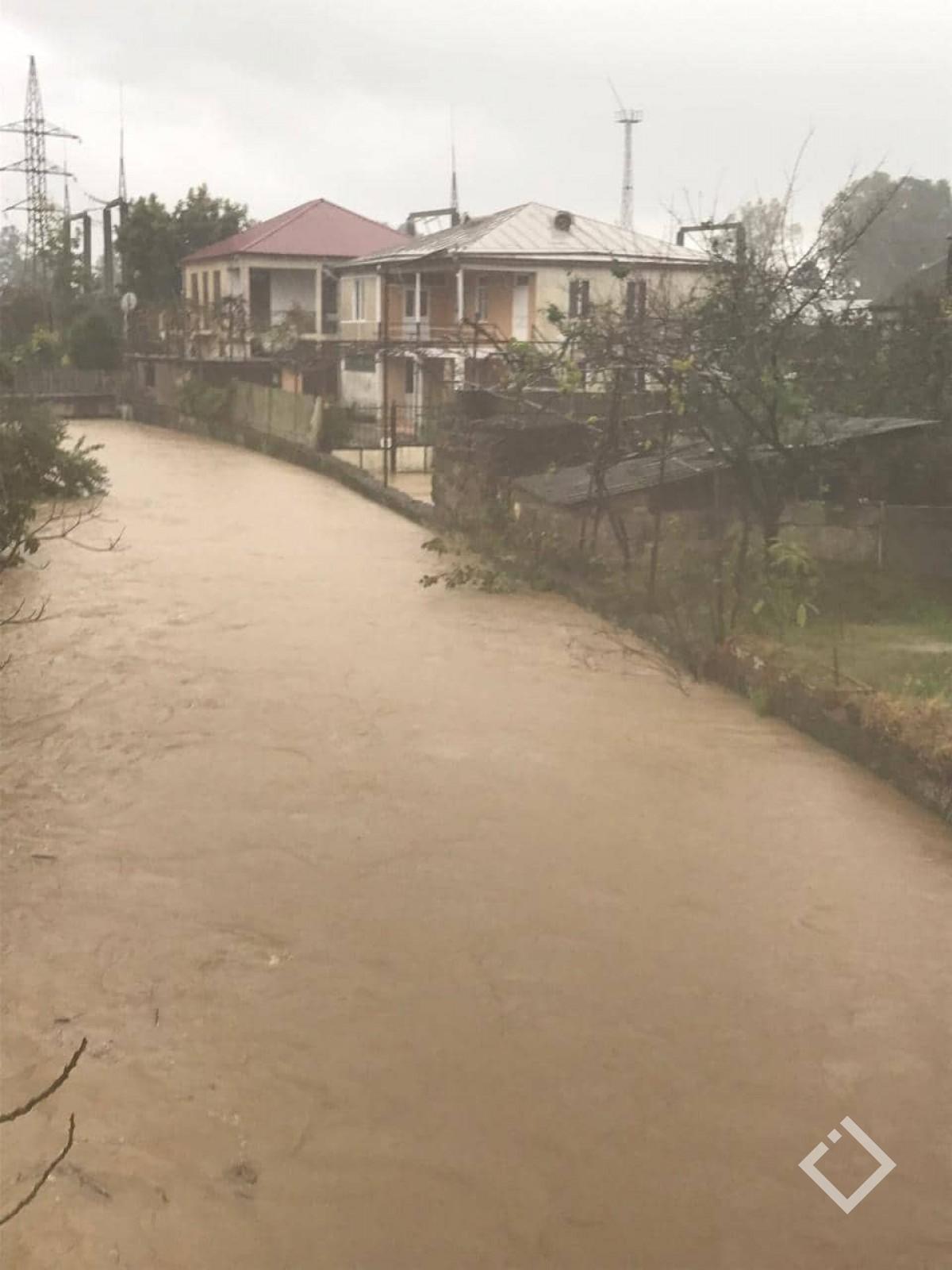 მეწყერი, ადიდებული მდინარე აჭყვადა დატბორილი ეზოები - სტიქია ქობულეთში
