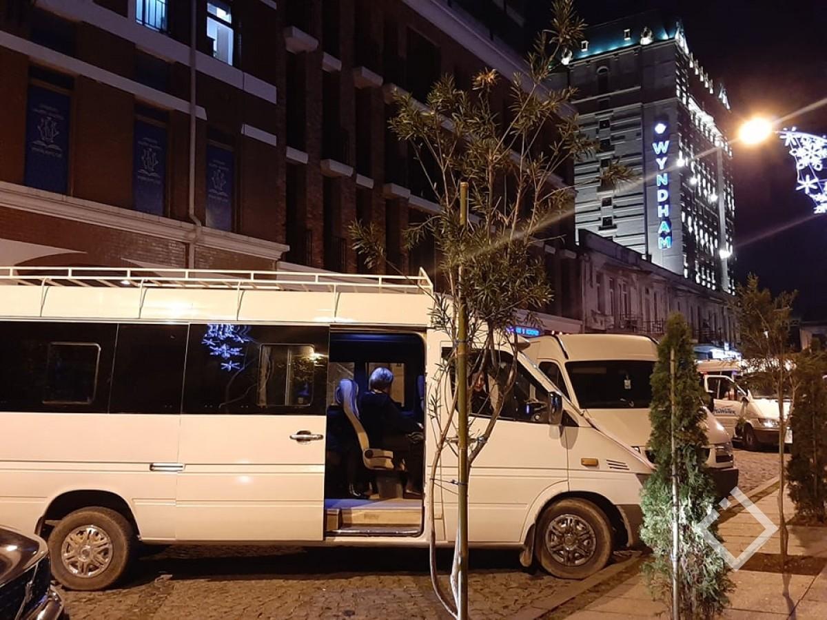 """""""გზა მშვიდობისა""""- ბათუმიდან თბილისის მიმართულებით მიკროავტობუსები პლაკატებით გააცილეს"""
